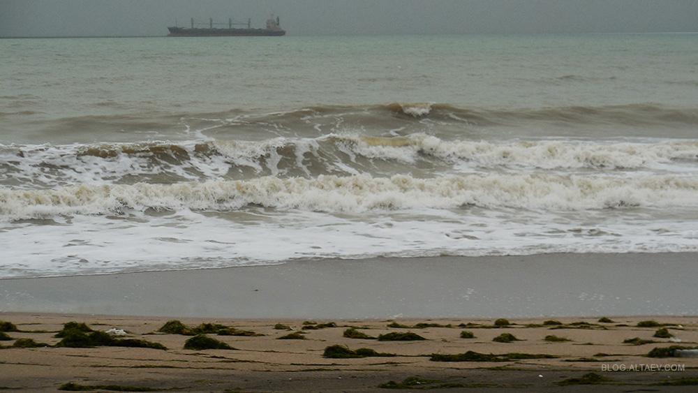 Бургас. Небольшой шторм на море.